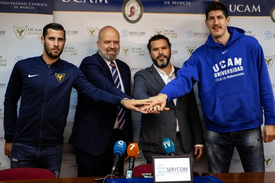 Adrián Lillo (centro drch) y Pablo Rosique (centro izq.) acompañados por dos jugadores durante la firma